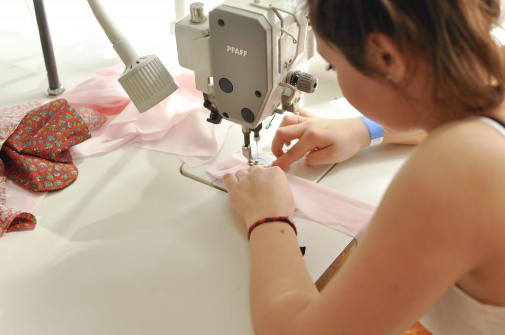Elève 2° Bac pro confection fleurs textiles