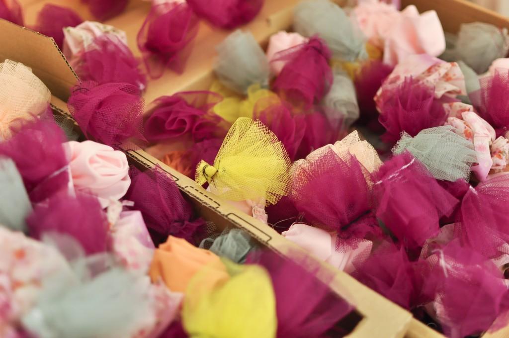 détail réalisation massif fleurs textiles